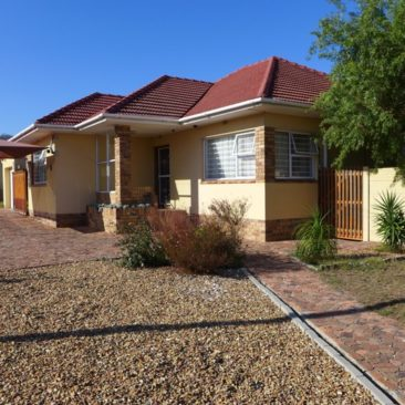 Parow/Fairfield Est. home FOR SALE… Well-located, Great condition & Low-maintenance !!