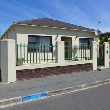 3-Bedr Home incl. full Flat in Fairfield Est. – Parow