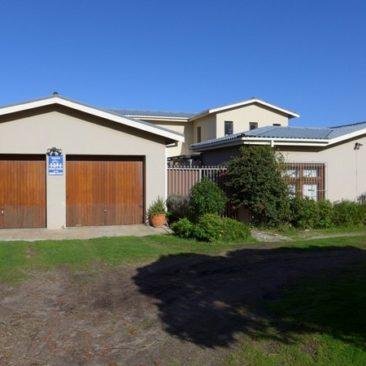 3-Bedroom Home on Beachfront in Betty's Bay – Overberg