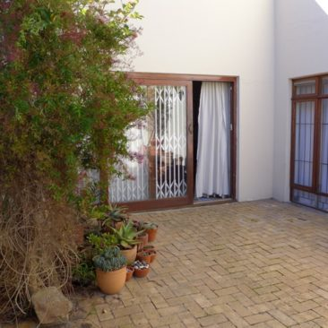 PAROW Duplex…Immaculate, Very Secure, Great Location !